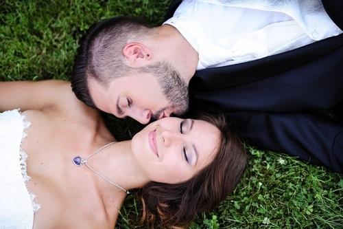 photos de mariés dans l'herbe  - Instant d'émotion